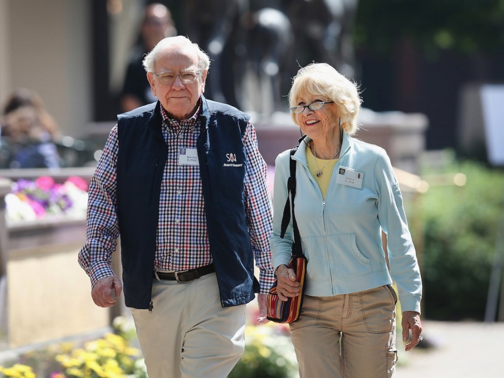 it-wasnt-an-easy-transition-when-warren-buffett-began-living-with-astrid-menks-while-still-married-to-his-wife.jpg